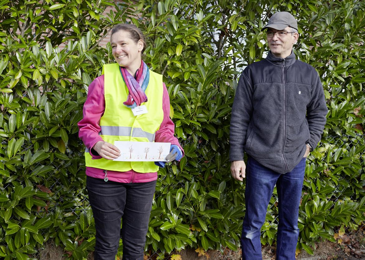 Birgit Rosenthal erklärt den Pflanzplan für den Tostedter Imkerweg