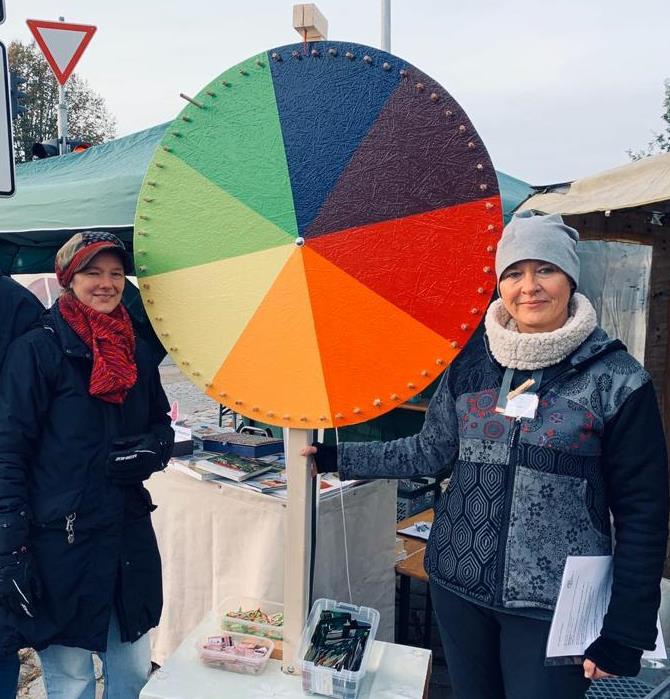 Birgit Rosenthal und Isabel Schaper mit dem Umweltkreis-Quizrad